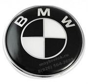Наклейка БМВ черно-белая (78 мм) на капот / багажник