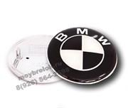 Наклейка БМВ черно-белая (73 мм) на капот / багажник