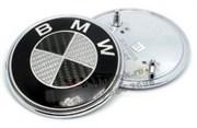 Наклейка БМВ карбон (73 мм) на капот / багажник